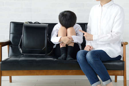 a mother who scolds her child 免版税图像