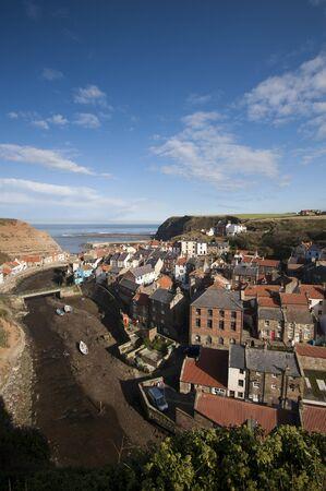 literas: Staithes, en la costa este de Yorkshire, Inglaterra, es un gran lugar para visitar en un d�a soleado.