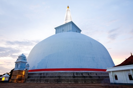 anuradhapura: ruvanvalisaya dagoba stupa, anuradhapura, sri lanka