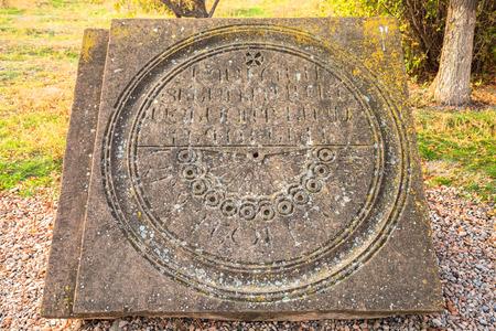 reloj de sol: Sun-Dial en ruinas del templo Zvartnots en Admiadzin, Armenia