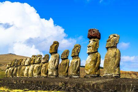 moai: De pie Moai en Ahu Tongariki en la isla de Pascua, Chile