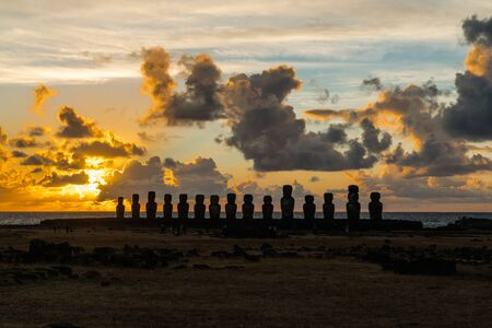 moai: Moai en Ahu Tongariki en la isla de Pascua al amanecer Foto de archivo