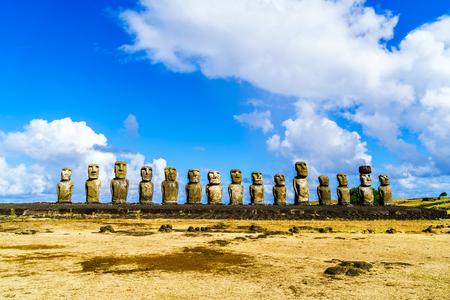 rapa nui: Moai en Ahu Tongariki en el Parque Nacional Rapa Nui en Isla de Pascua, Chile