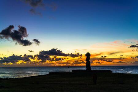 moai: Moai en Ahu Ko Te Riku en el complejo arqueol�gico Tahat al atardecer