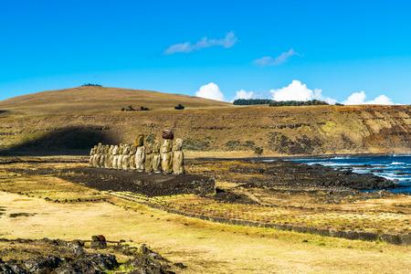 moai: De pie Moai en Ahu Tongariki y el Océano Pacífico Foto de archivo