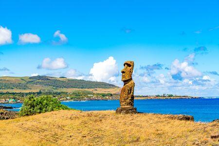 rapa nui: Hanga Kio e Ahu Akapu en el Parque Nacional Rapa Nui en Isla de Pascua, Chile