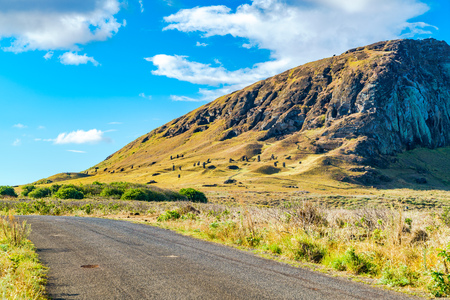 moai: Vista de Moai en la cantera del volcán Rano Raraku en la isla de Pascua Rapa Nui, Chile