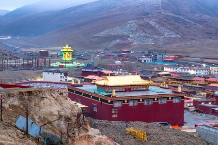 Vue du monastère de Yarchen Gar dans le Sichuan au crépuscule Banque d'images - 77389410