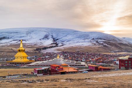 Vue du monastère de Yarchen Gar à Garze Tibétain, Sichuan, Chine Banque d'images - 77389414
