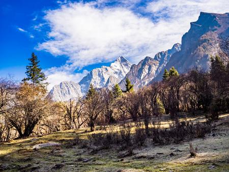中国四川の Siguniang 国立公園の山の美しい景色 写真素材 - 81995632