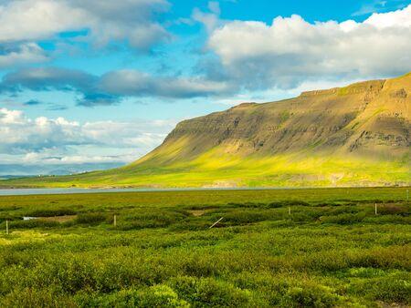 Vue de haute montagne et un petit village en Islande Banque d'images