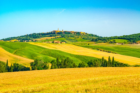 Beautiful hilly tuscany with the hill top town Pienza in Val d'Orcia and cultivated land at Tuscany in Italy Stockfoto