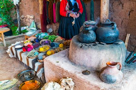 Inka-Frau und die einfache Ausrüstung zum natürlichen Färben von Wolle in Cusco in Peru Standard-Bild