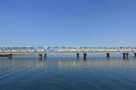 Züge fahren auf einer Brücke vorbei