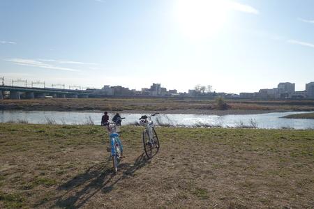 川の岸に 2 つのバイク