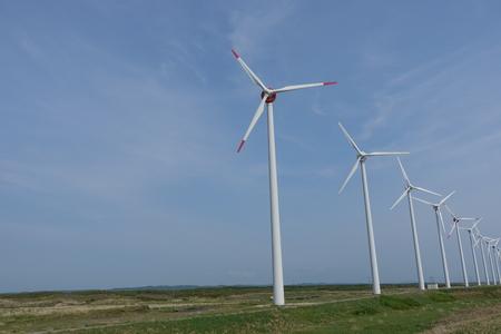 ein Windpark, eine Reihe von großen Windenergieanlagen für elektrische Generation entlang Ororon Linie in in Hokkaido, Japan
