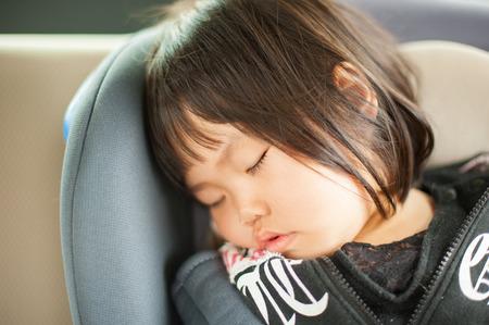 車の中で寝ている子供たち 写真素材