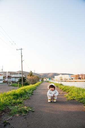 cuclillas: Chicas en cuclillas en la calle Foto de archivo