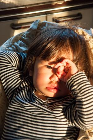 to rub: Children rub the eyes