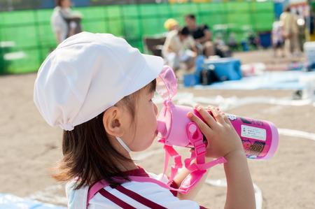 Trinkwasser des Mädchens in der Kantine. Standard-Bild - 43991796