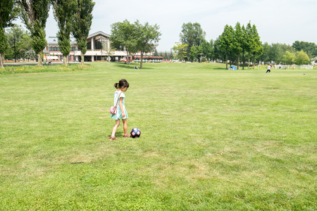 futbol infantil: Girl playing with a soccer ball Foto de archivo