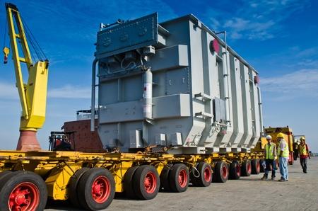 camion grua: el transporte de un transformador de gran Foto de archivo