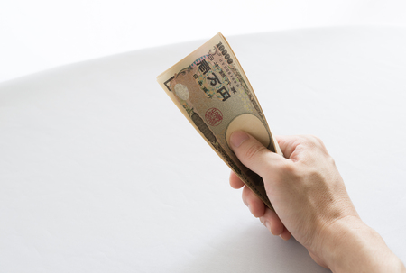 squeezing: Image squeezing the bill