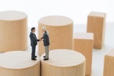 Les hommes d'affaires ayant une conversation d'affaires