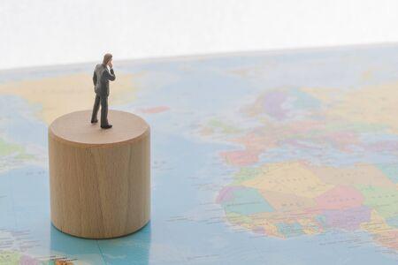 Wereldkaart en zakenman Stockfoto