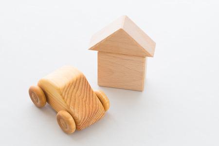 Houten auto en huis Stockfoto