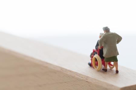 Oud paar van de rolstoel Stockfoto