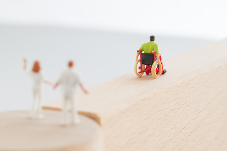 medical expenses: The nurse who sees off the person of the wheelchair