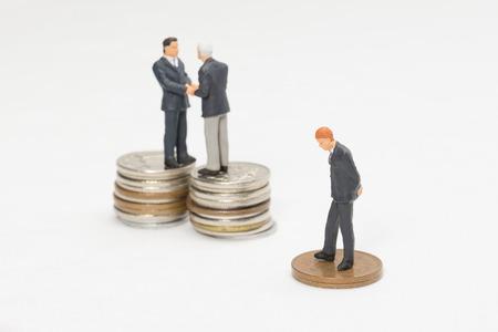 manos estrechadas: El dinero y los hombres de negocios