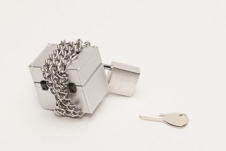 鎖でつなぎ止めるボックス 写真素材