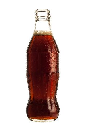 白い背景で隔離されたコーラのソーダの瓶