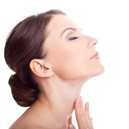 mujeres morenas: Muchacha de la belleza. Hermosa mujer se preocupa por el cuello de la piel. Retrato aislado en fondo blanco.