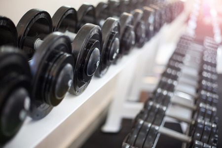 fuerza: Pesas deportivas en el club deportivo moderno. Equipo de Entrenamiento con pesas