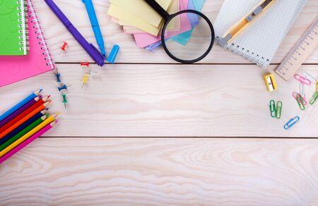 lupa: Surtido de artículos escolares en fondo de madera