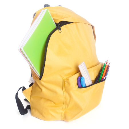 material escolar: Mochila llena de útiles escolares aislado en blanco