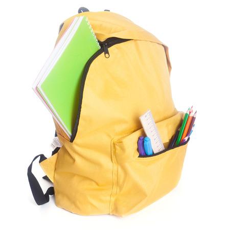 scuola: Zaino pieno di materiale scolastico isolato su bianco