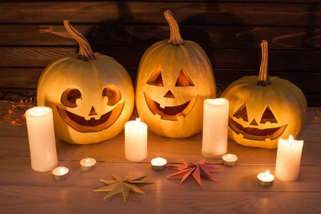 Scary Halloween Kürbisse auf Holzuntergrund