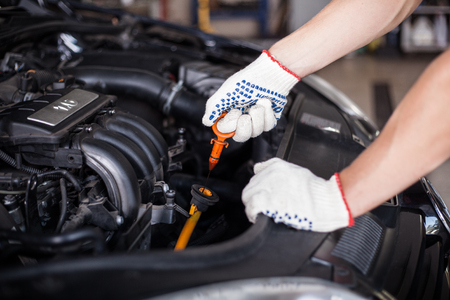 mecanico automotriz: Aceite cambiante del mecánico