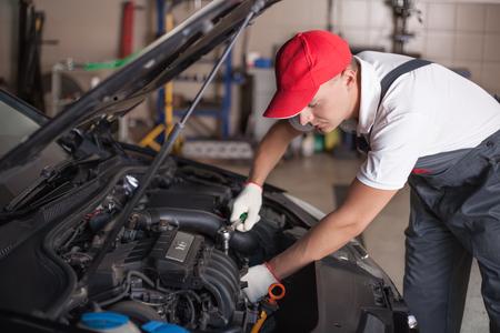 mecanico automotriz: Mecánico de coche en el servicio de reparación de automóviles Foto de archivo