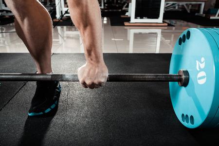 levantar peso: mano en la barra Foto de archivo