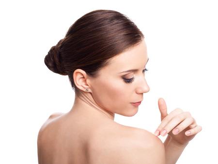 cabeza: Chica de belleza. Hermosa mujer cuida de la piel. Retrato aislado en fondo blanco. Piel fresca y limpia. Foto de archivo