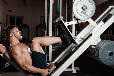 그의 다리 근육을 정의하는 다리 보도에서 체육관 훈련에 남자
