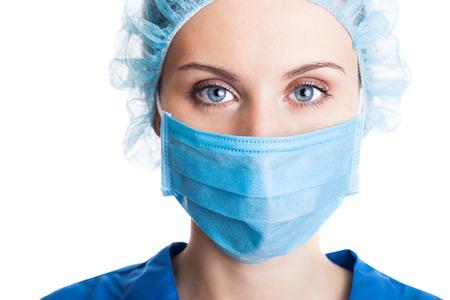 nurse cap: Doctor de la mujer joven en el casquillo y la máscara de la cara aislada en blanco