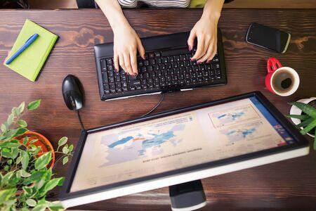 Libero professionista che utilizza la vista superiore del computer, donna che lavora al computer che scrive sulla tastiera a casa. Archivio Fotografico