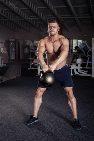 Fitness Kettle schwingen Übung Mann Training im Fitness-Studio