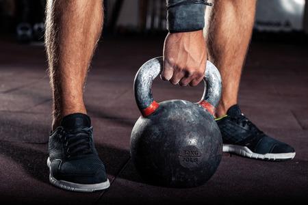 Entrenamiento de pesas rusas crossfit en el gimnasio Foto de archivo - 64273276